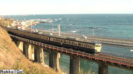 外房の海をバックにカーブの鉄橋を渡る列車を撮ることができる。車体が順光になるのは午後遅い時間帯になる。